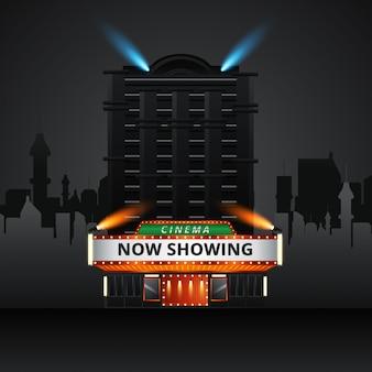 映画館の建物の外観。レトロなライトマーキーバナーと映画の入り口