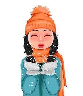 Молодая девушка в зимней одежде играет со снегом