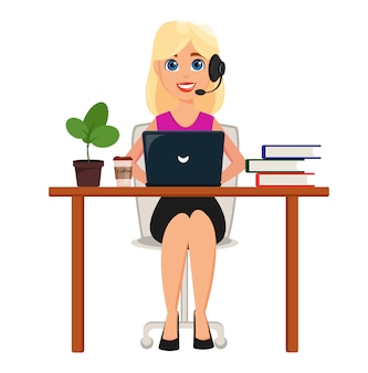 ビジネスの女性が彼女のオフィスの机でラップトップに取り組んで