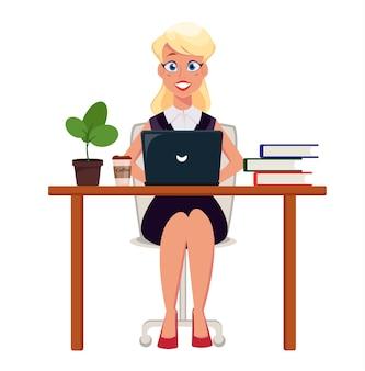 ビジネス女性起業家のラップトップに取り組んで