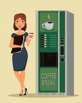 ビジネスの女性がコーヒーを飲む
