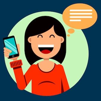Улыбающаяся брюнетка девушка держит смартфон