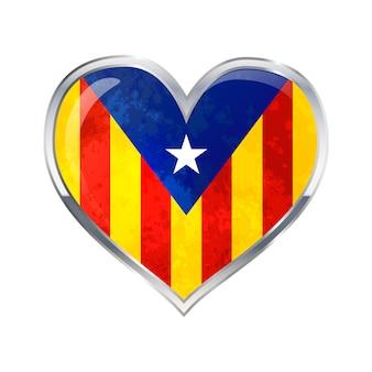 Глянцевый значок в форме сердца с металлической рамкой флага каталонии изолированы