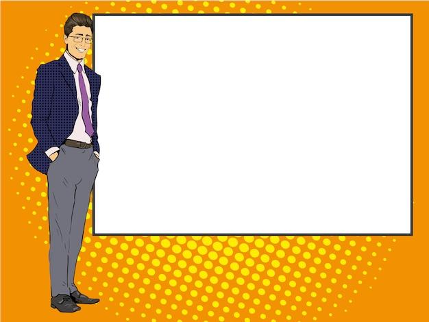 ビジネスマンは、空白のホワイトボードの横にとどまります。