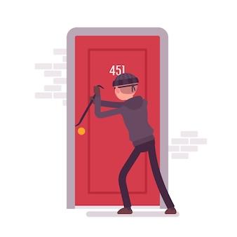 泥棒がドアを壊す