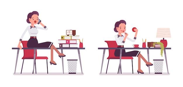 オフィスの机の上に座っている若い魅力的な秘書のセット