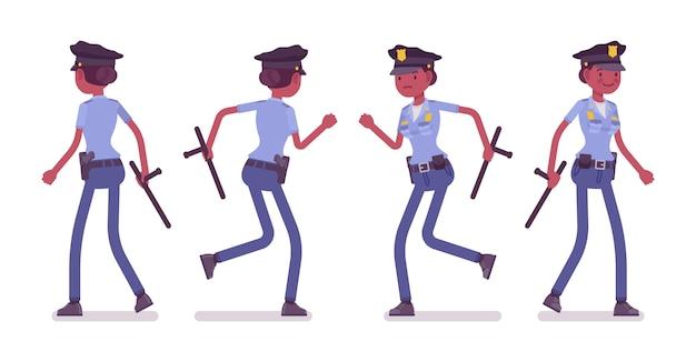 Молодая женщина-полицейский, идущая и бегущая