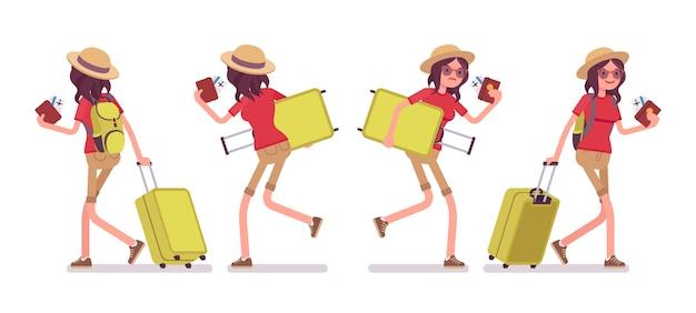 Туристическая женщина, ходьба и бег с багажом