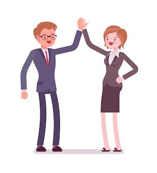 Деловые мужские и женские партнеры дают высокие пять