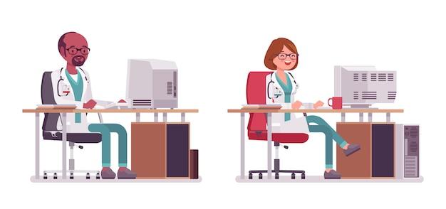 Мужской и женский доктор работая на столе с компьютером