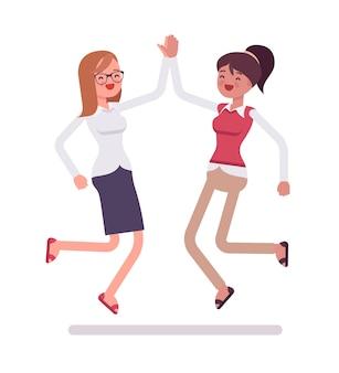Женщины клерки дают прыжки высокие пять