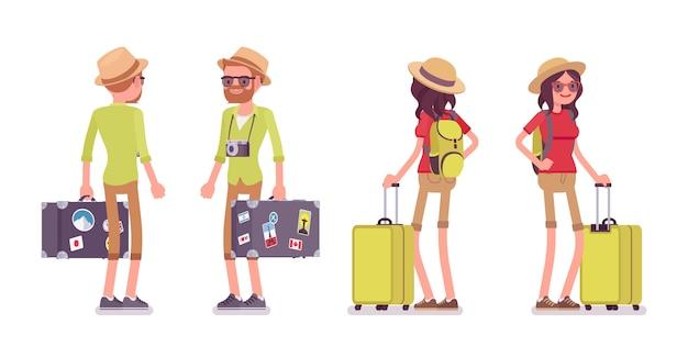 観光客の男性と女性が立っています。