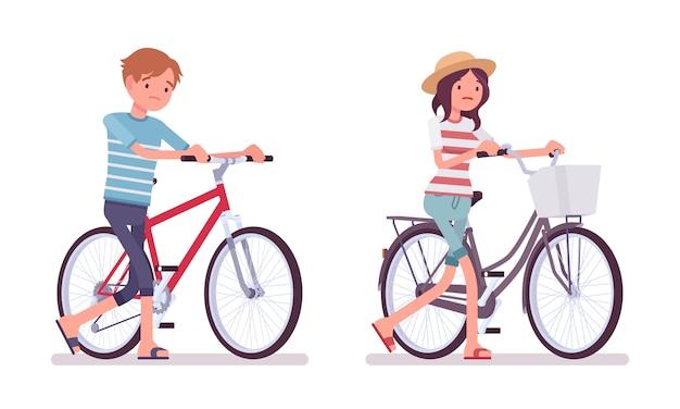 Молодой мужчина и женщина, плохие велосипедисты
