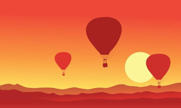 日没の熱気球のシルエット