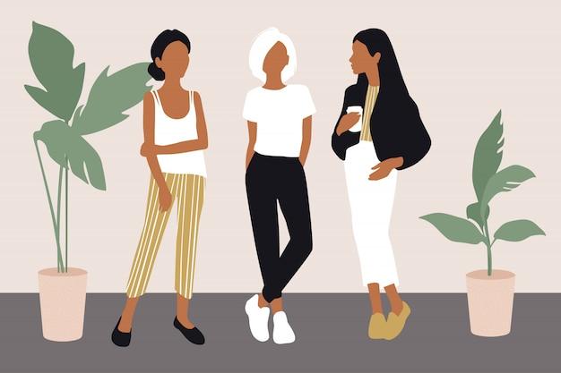 Молодые женщины в модной одежде