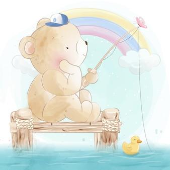 Милый маленький медведь рыбалка