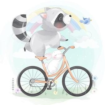 Милый маленький енот на велосипеде с кроликом