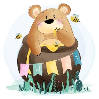 Милый медведь ест мед