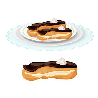 クリーミーで柔らかい美味しいエクレアは、プレートにチョコレートで覆われています。