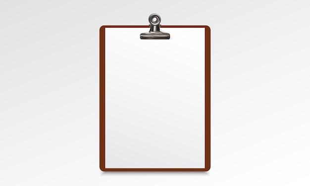 白紙の用紙を持つ木製のクリップボード
