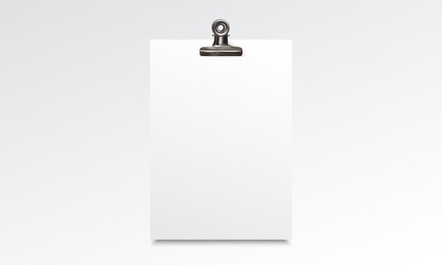 白紙の紙リアルなモックアップとバインダークリップ
