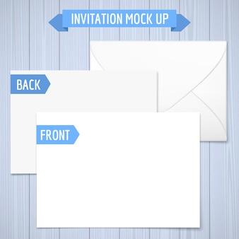 招待状がモックアップします。木製の背景前面、背面、封筒影付きのリアルなイラスト。