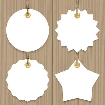 空白のセールは、セット、ラウンド、スター、バッジの形のモックアップ文字列とタグをハングアップします。