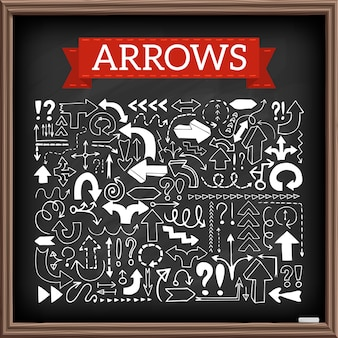 Нарисованные рукой значки стрелки установили с вопросом и восклицательными знаками с влиянием доски. векторные иллюстрации