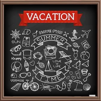 チョークボードに休暇がいたずら書き。旅行と夏のシンボルの手描きアイコンコレクション