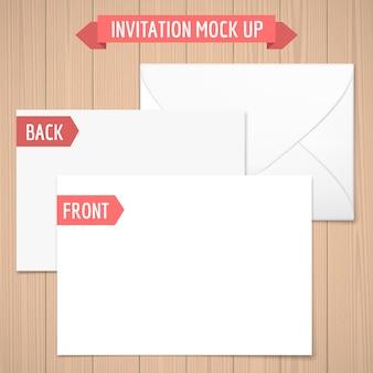 招待状がモックアップします。木製の背景前面、背面、封筒