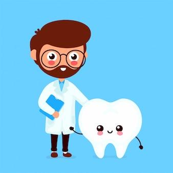 Милый смешной улыбающийся доктор стоматолог и здоровый счастливый зуб