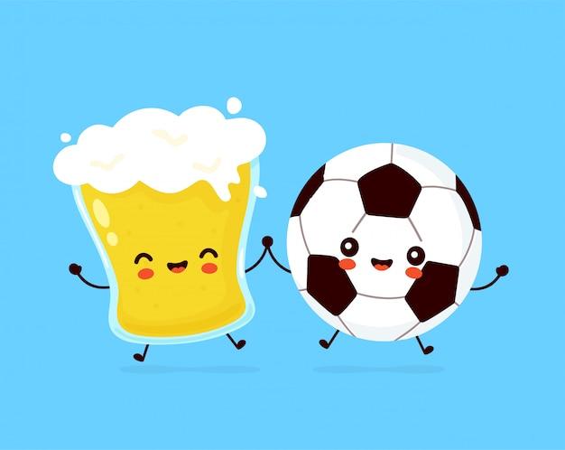 ビールとサッカーサッカーボールのかわいい幸せな笑みを浮かべてガラス。