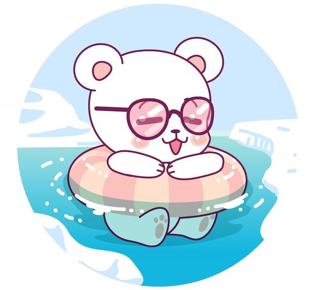 Маленький милый белый медведь плывет по морю