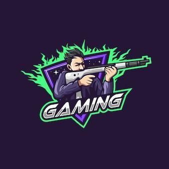 Мужчина держит оружие для игровой команды киберспорт логотип