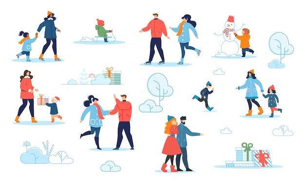 Родители и дети отдыхают в зимнем парке мультфильма