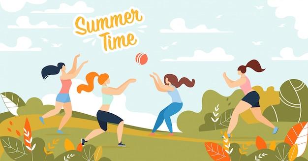 幸せな女性がボールをプレーで夏時間バナー