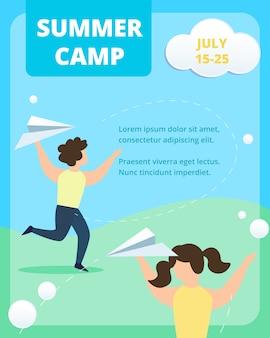 サマーキャンプ垂直ポスターテンプレート。幸せな子供たちは夏に紙飛行機を投げる