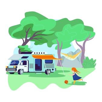 夏のキャンプに立っているキャノピーとモーターホーム車近くのボールを弾く少女