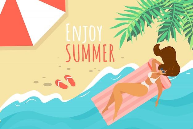 夏の水平方向のバナー、砂浜でリラックスした白いビキニの若い女性をお楽しみください