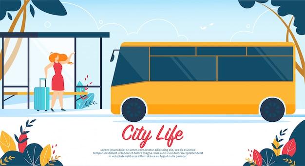 女性持株スーツケースバス停都市生活バナーの上に立つ
