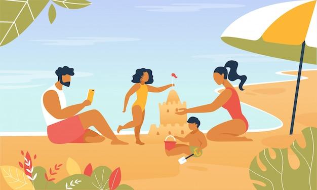 幸せな家族が海辺で遊ぶ砂の城を建てます。
