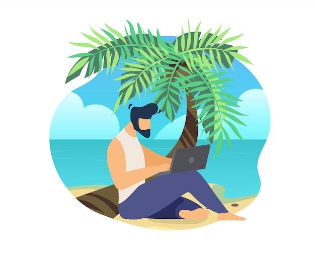 ラップトップ上のビーチ作業でヤシの幹に座っている男