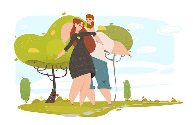 Влюбленная пара гуляет в городском парке в солнечное лето