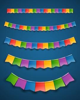 Цветные бумажные флаги на темных гирляндах