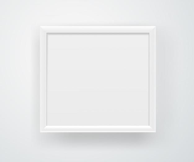 Пустая квадратная белая рамка на стене.