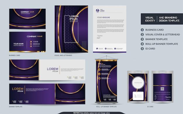 豪華な紫の文房具セットと抽象的な重複レイヤーの背景を持つ視覚的なブランドアイデンティティをモックアップします。
