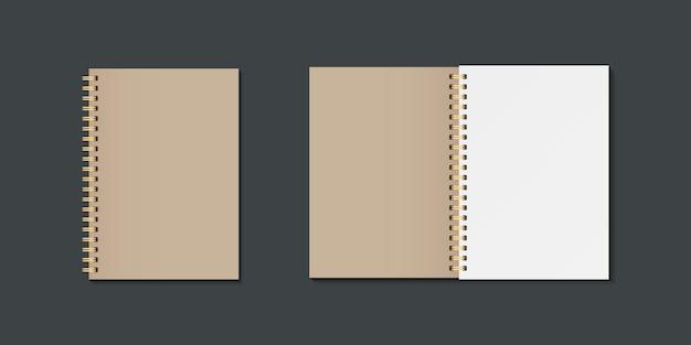 空白の開いたおよび閉じた現実的なノートブック