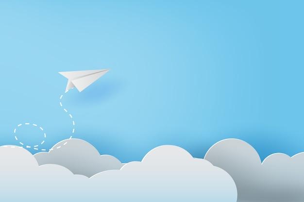 ホワイトペーパーの飛行機が青い空を飛んでいます。