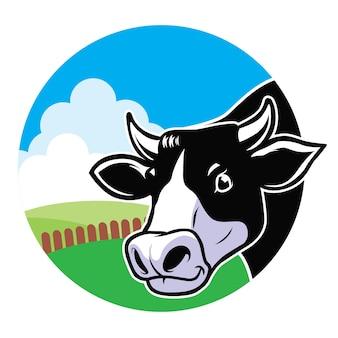 草原の背景を持つ牛の頭