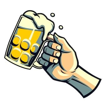 手はビールのグラスを握る